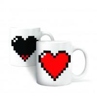 Šilumai jautrus puodelis su širdimi iš pikselių