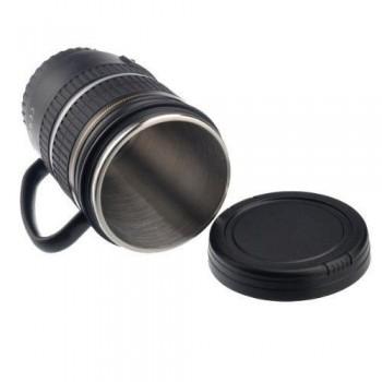 Objektyvo formos puodelis su rankena